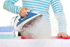 Pour entretenir son fer à repasser, il est important de le détartrer de temps en temps. Pour réaliser cette action, il vous faudra simplement du vinaigre blanc ! Cette astuce est efficace pour nettoyer son fer à repasser et éliminer les dépôts de calcaire.
