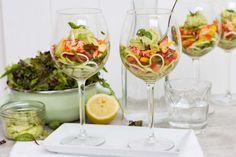 Recept voor salade voor 4 personen. Met zout, olijfolie, peper, rivierkreeftjes, courgette, trostomaat, slamelange, avocado, gele paprika, citroen, basilicum en mayonaise