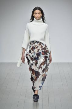See all the Collection photos from Teatum Jones Autumn/Winter 2018 Ready-To-Wear now on British Vogue Fall Winter, Autumn, Fashion Show, Fashion Trends, Circle Circle, Knitwear, Ready To Wear, British, Vogue