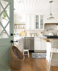2b906556ae76 Design intemporel et apaisant pour cette cuisine claire et lumineuse   décoration  Cuisine  discount