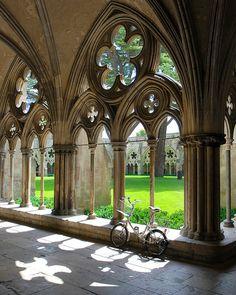 The bike in the cloister Salisbury Cathedral ~ Salisbury (UK) Gothic Architecture, Beautiful Architecture, Beautiful Buildings, Architecture Details, Beautiful Places, Salisbury Uk, Salisbury Cathedral, Salisbury Wiltshire, Architecture Religieuse
