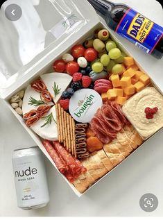 Charcuterie Lunch, Plateau Charcuterie, Charcuterie Recipes, Charcuterie And Cheese Board, Charcuterie Platter, Party Food Platters, Cheese Platters, Graze Box, Appetizer Recipes