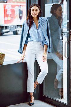 Jeans branco, sapatilha de amarração, camisa listrada e blazer de linho. Look elegante e descontraído