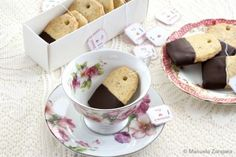 How to make Earl Grey and Chocolate Shortbread Teabag Cookies, the perfect treat for your next tea party.  2 zakjes Earl grey