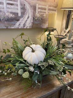 Fall Table Centerpieces, Fall Flower Arrangements, Diy Fall Wreath, Autumn Decorating, Deco Floral, Fall Home Decor, Fall Flowers, Thanksgiving Decorations, Fall Pumpkins