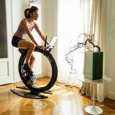 Vamos combinar que bicicletas ergométricas são um trambolho? Principalmente, em casa. São feias, ocupam um espaço enorme e acabam escondi...