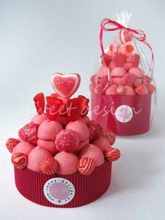 Mini tartas de chuches redondas con muchos caramelos y puedes elegir los colores de tu boda para ellos!!