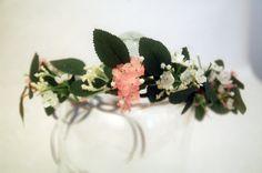 couronne de fleurs et feuilles, blanc, roses et vert, petites fleurs Accessoire de cheveux et coiffure pour une ceremonie, un mariage. Invitée, demoiselle d'honneur cortège, mariée. Esprit champêtre et nature. Allure chic et romantique.