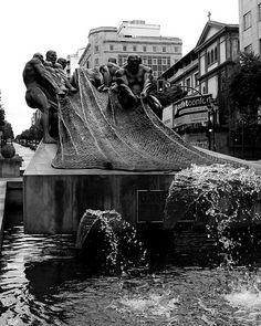 Vigo - Los Marineros Photo de Samanta Garrido, Flickr Tower Bridge, Celtic, Arch, Black And White, Artwork, Traveling, Writing, People, Sculptures