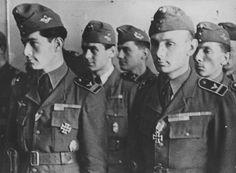 Soldaten der Ungarischen Luftwaffe, nachdem sie für Ihren Einsatz an der Ostfront das Eiserne Kreuz erhalten haben.