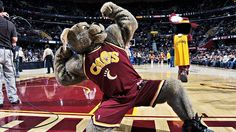 the cleveland cavaliers mascot, moondog.... this is so funny!!!