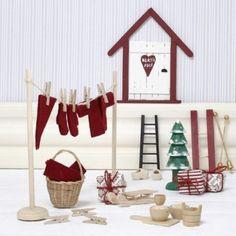 Juläventyret startar med en hemlig liten dörr, som du tillverkar av detta härliga sortiment av miniatyrföremål.Innehåller: Kälke, skidor, stavar, träskor, stege, julgran, rundstav...