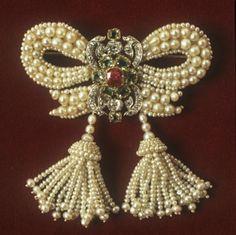 Pearl brooch ca. 1830 via The Victoria & Albert Museum