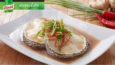 ปลาหิมะนึ่งซีอิ๊ว เมนูยอดนิยมของร้านอาหารจีน โดยจัดเป็นเมนูเพื่อสุขภาพที่หลายท่านนิยมสั่ง ทีเด็ดของเมนูนี้คือปลาหิมะเนื้อแน่น ที่นึ่งจนสุกหอมในซีอิ๊วหอมหวาน ยิ่งหากทานร้อนๆ ตอนเสร็จใหม่ๆ รับรองว่าอร่อยกันทั้งครอบครัว