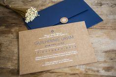 Convite para um Bar Mitzvá chique e rústica. Convite em kraft com envelope azul marinho.