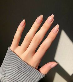Semi-permanent varnish, false nails, patches: which manicure to choose? - My Nails Aycrlic Nails, Nude Nails, Hair And Nails, Manicures, Oval Nails, Coffin Nails, Classy Nails, Stylish Nails, Simple Nails