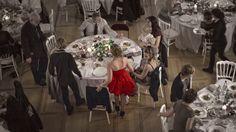La Robe rouge. Photo-reportage. Lors du dinner.  par Gentle Studio photographe de mariage.