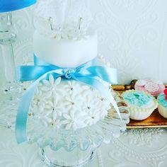 小花いっぱいのリングピロー。クレイでできています。花を散りばめたドレスのようです☆ ミンネ、クリーマで販売しています。 #リングピロー  #クレイケーキ #ウェディング  #ウェディングアイテム #結婚式 #結婚式準備  #プレ花嫁  #ringpillow  #wedding #ハンドメイド #weddinggift