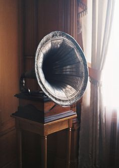 Wonder if we could find a working phonograph to play Edith Piaf, and Django Rhinehart records during cocktail hour or pre ceremony. Musica Disco, Coffee Music, House Of The Rising Sun, Phonograph, Tecno, Record Player, Make Me Smile, Vintage Items, Vintage Decor