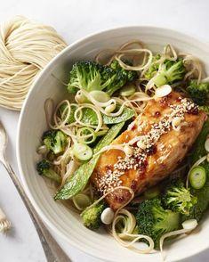 Gelakte zalm is een heerlijk sappig stukje zalm die je inwrijft met een lekker sausje met honing bij. Daarbij komen gebakken noedels met peultjes en broccoli.