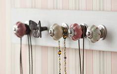 Presos a uma régua de madeira, os puxadores de gaveta de porcelana e de ferro deixam os colares organizados e à mão. Escolha modelos bem femininos para combinar com os acessórios. Produção de Tatiana Guardian e Verônica Naka