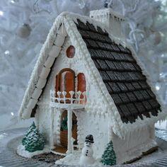 Talvisen elegantti piparkakkutalo josta kaikki väreillä leikittely on jätetty pois. After Eight-suklaat viimeistelevät talon massiivisen katon.