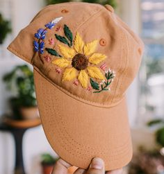 Hat Embroidery, Flower Embroidery Designs, Embroidery Stitches, Embroidery Patterns, Bone Bordado, Sunflower Pattern, Embroidered Clothes, Cute Hats, Clothes Crafts