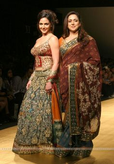 Bollywood actress Esha Deol with her mother Hema Malini at the Wills Lifestyle India Fashion Week in New Delhi. Mother Daughter Dresses Matching, Mother Daughter Outfits, Mom Daughter, Bollywood Bridal, Bollywood Fashion, Bollywood Style, Indian Dresses, Indian Outfits, Indian Clothes