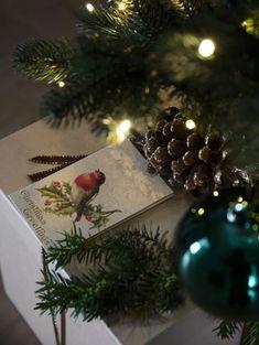 Mange blir ekstra nostalgiske i julen. Hva er vel ikke hyggeligere enn å bringe inn litt. av dette på for eksempel gavene? Arkivet.co er en digital markedsplass for interiørdesignere, hvor du kan få profesjonell planer for din oppussing😄 Følg @arkivetco for mer inspirasjon, tips og tjenester! #arkivet_co #arkivet #oppussing #interiørarkitekt #interiørdesigner #interiordesigner #interiørdesign #interiordesign #interiorinspo #nybolig #norskehjem #jul #julepynt #juledekorasjon #julestemning Christmas Wreaths, Gift Wrapping, Table Decorations, Photo And Video, Interior Design, Holiday Decor, Gifts, Instagram, Home Decor