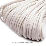 Band Lederoptik flach Weiß 2,5 mm - 5 m - dieses schicke Band können Sie auf viele verschiedene Arten einsetzen. Es wird gernefür die Herstellung von Ketten und Armbändern genutzt.Material: PolyuretanBreite:2,5 x 1mmLänge:5 mDieses Band kann nur jeweils als5 Meter geliefert werden.