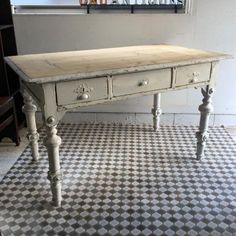 アンティークオールドパインのテーブル|大きな天板とフレームのホワイトペイントが素敵なダイニングテーブルです!幅の広い引き出しが3杯ついていますので収納もできるテーブルですね。シャビーな脚とナチュラルな天板のバランスもいいです!!天板の高さが820とちょっと高め。ダイニングテーブルとしてももちろんお使いいただけますがショップディスプレイなどにもおススメです。