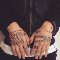 El tatuador ruso Victor Zabuga se sale del tattoo convencional y se ríe de lo que suele ser convencional con sus loquísimas piezas que son entre ingenuas, minimalistas y excéntricas. En resumen, son geniales!!