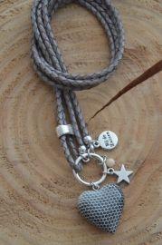 Ketting van rondgevlochten leer met houten hart, zilverkleurige bedel 'ster' en kraal half-edelsteen  ;(NOTTINGHAM-19)Kleur: lichtgrijsLengte: circa 52cm incl. hangerEigen ontwerp van Bij de Zussen