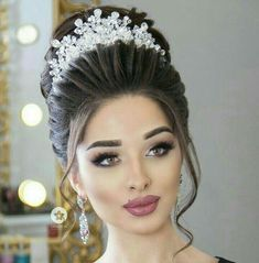 Wedding Ideas is the go-to guide helping the bride, groom, and bridal party with every aspect of the wedding from the hen and stag through to the honeymoon. Bridal Hairstyle Indian Wedding, Bridal Hair Buns, Bridal Hairdo, Hairdo Wedding, Indian Wedding Hairstyles, Bridal Tiara, Wedding Hair And Makeup, Bride Hairstyles, Bridal Makeup