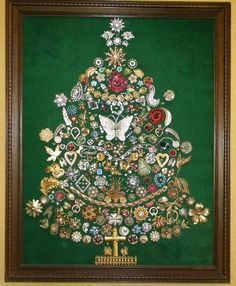 In the process of collecting things to do this Vintage – Jewelry Christmas Tree! Christmas Tree Pictures, Christmas Tree Art, Christmas Projects, Holiday Crafts, Christmas Lights, Unique Christmas Trees, Christmas Music, Christmas Ornaments, Costume Jewelry Crafts