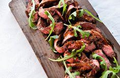 Recept på kött á la diavolo. Servera gärna köttet direkt på en skärbräda – rustikt och härligt! Såsen är het och mustig.