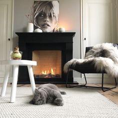Dark Living Rooms, Classic Living Room, Living Room With Fireplace, Home Living Room, Black Fireplace, Fireplace Design, Dream Decor, Interior Design, Family Room