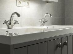 Badkamer • landelijk • rustiek • houten badkamermeubel • dubbele lavabo • Foto: www.thuisbest.be