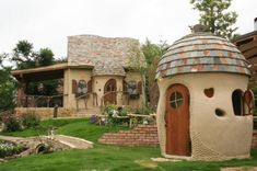 A little house with a little outer bathroom. Love the ❤️ detail in the walls! Cob Building, Building A House, Adobe Haus, Earth Bag Homes, Earthship Home, Mud House, Fairytale Cottage, Natural Homes, Fantasy House