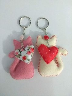 Llaveros con forma de gatitos Felt Crafts Patterns, Felt Crafts Diy, Fabric Crafts, Sewing Crafts, Sewing Projects, Craft Projects, Arts And Crafts, Felt Keychain, Keychains