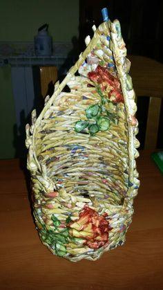 Porta bottiglie realizzato con carta riciclata