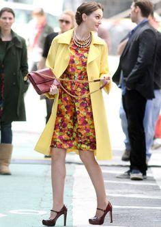 En sus complementos se decanta por un tono más discreto, el borgoña. Sus Mary Jane son de Miu Miu y el bolso con cadena es de Stella McCartney.