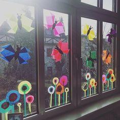 die Schmetterlingsflügel sind Tulpenköpfe the butterfly wings are tulip heads . Diy For Kids, Crafts For Kids, Spring Decoration, Classroom Window, Diy And Crafts, Arts And Crafts, Classroom Decor Themes, Spring Activities, Window Art