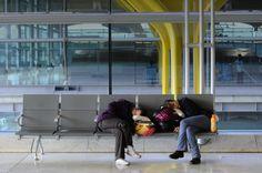 """""""TIPS PARA SOBREVIVIR EN EL AEROPUERTO""""... ¿Tu vuelo se retrasó o estás haciendo escala? A todos nos ha tocado esperar numerosas horas en el aeropuerto alguna vez; si bien existen factores que no dependen de nosotros, hay otros que sí están en nuestras manos para darle un giro a nuestra espera. ..."""