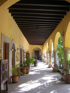 My Spanish style - Spanish colonial loggia Mexican Hacienda, Mexican Courtyard, Hacienda Style Homes, Mexican Style Homes, Spanish Style Homes, Spanish House, Spanish Colonial, Spanish Revival, Spanish Haciendas