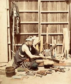 Photo of a Japanese woodworker ca. from the Peabody Museum of Archaeology and Ethnology at Harvard. (Thanks to the Sturdy Butterfly. Japanese Carpentry, Japanese Tools, Japanese Joinery, Japanese Woodworking, Diy Woodworking, Retro Pictures, Old Pictures, Old Photos, Peabody Museum