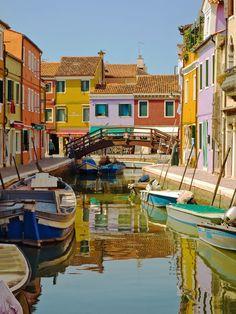 Façades colorées de Burano//Burano est une île du nord de la lagune de Venise, en Italie. Elle est connue pour sa dentelle et ses canaux bordés de maisons vivement colorées. Wikipédia
