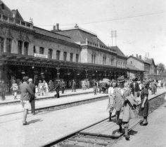 La estación de trenes en 1941. El nombre de la ciduad se anuncia de nuevo en húngaro. En rumano sería Oradea