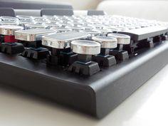 リアルとイメージの絶妙なバランス:タイプライター風キーボード「Qwerkywriter」でレトロメカニカルの雰囲気にひたる (1/4) - ITmedia PC USER