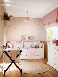 Dormitorio infantil con cama arrimada a la pared, moisés y cambiador